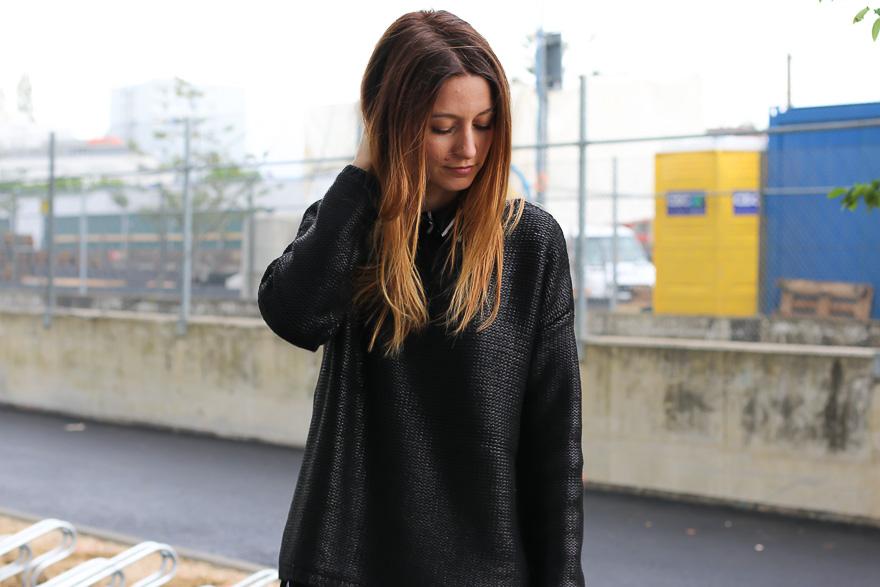pull-noir-pantalon-gris-une