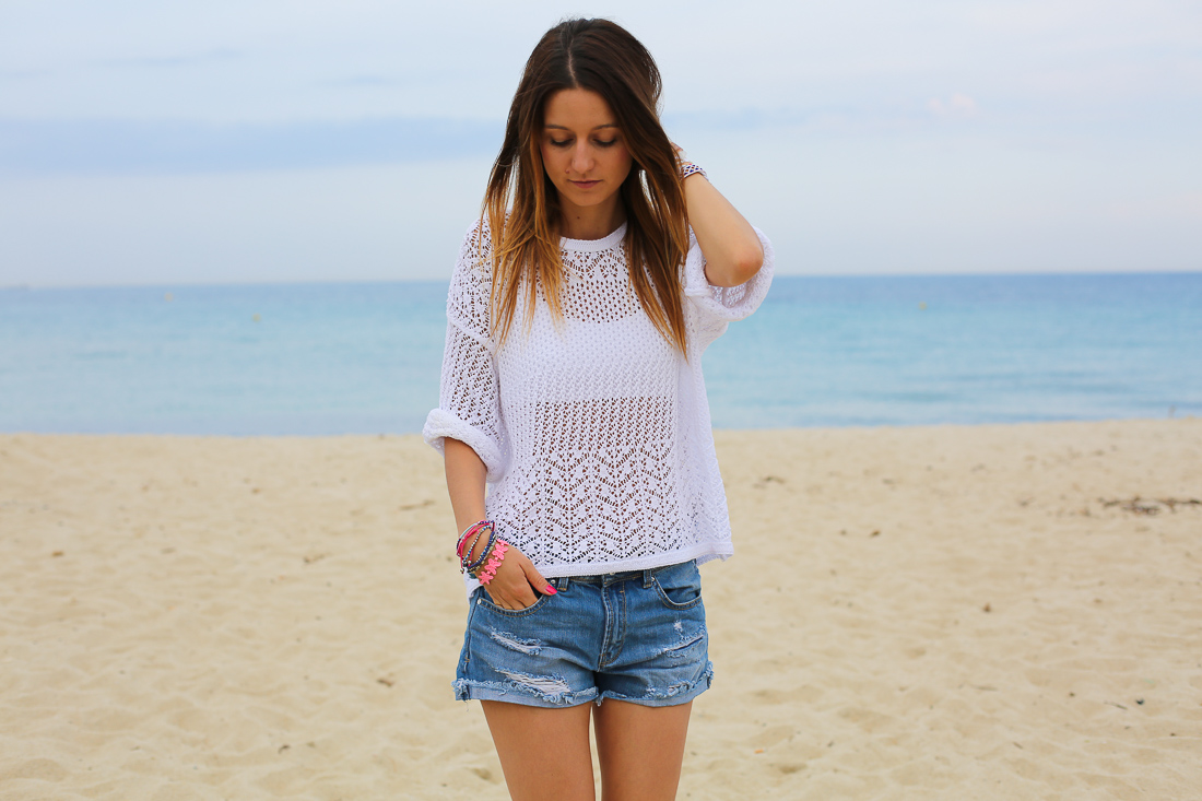pull-blanc-short-jeans-une