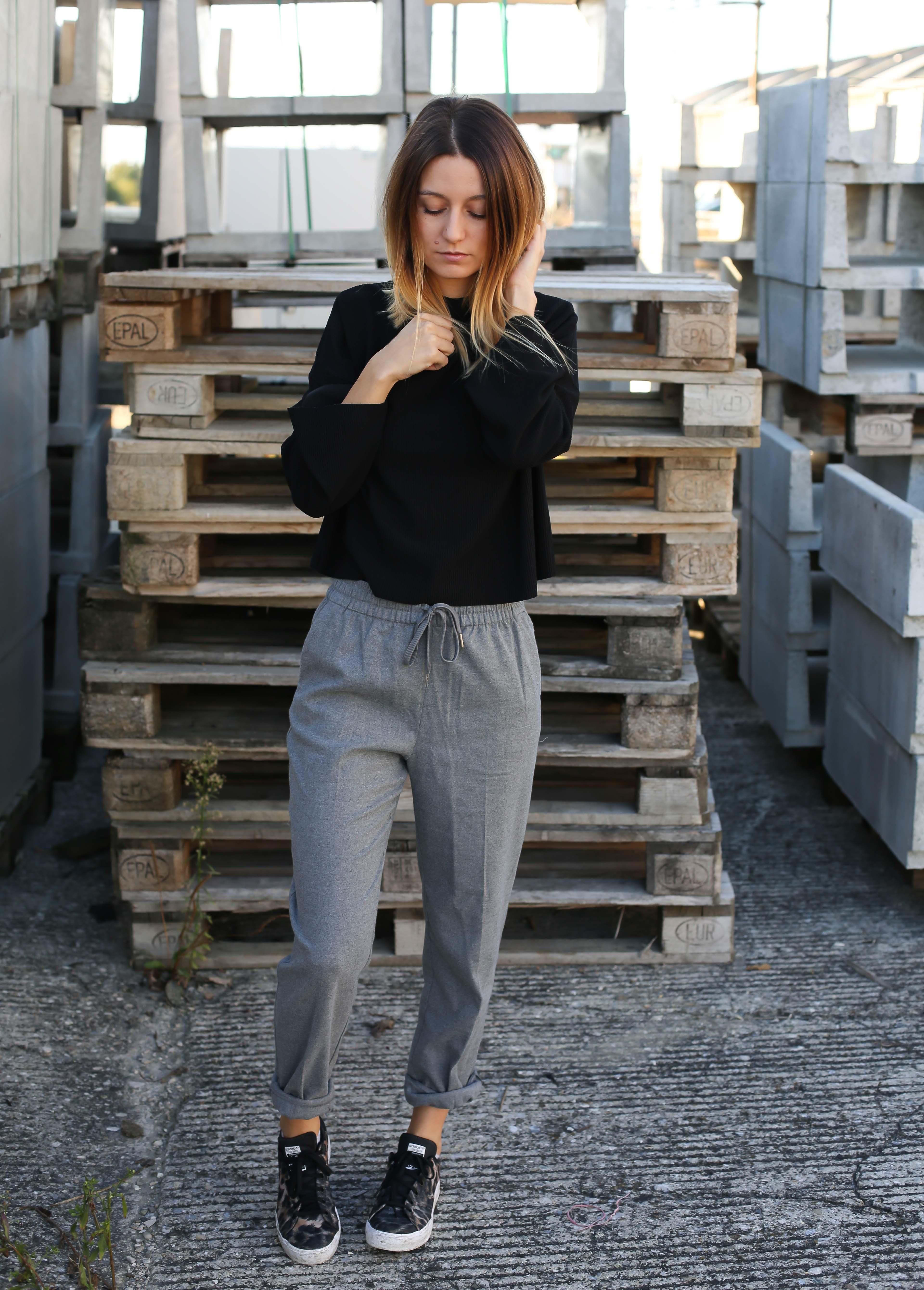 blog-mode-pantalon-gris-pull-noir-chaussures-leopard5