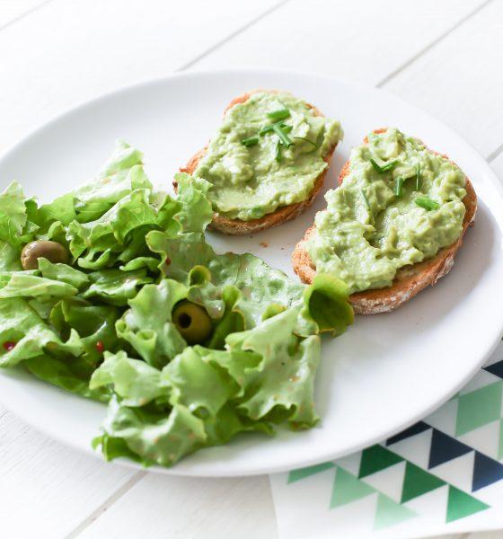 Toasts à l'avocat & salade fraîche