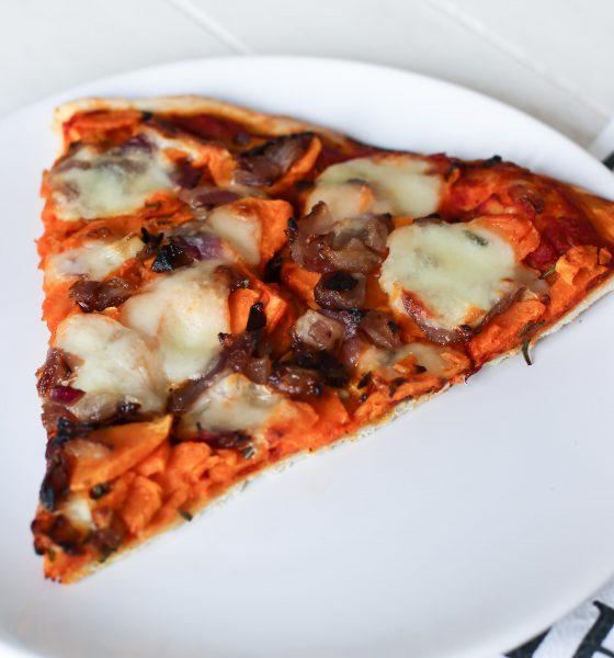 Pizza à la patate douce & aux oignons caramélisés