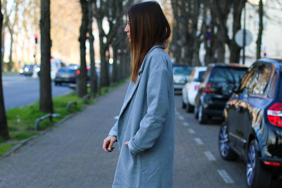 long-manteau-gris-superstar-blanches7
