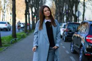 long-manteau-gris-superstar-blanches8