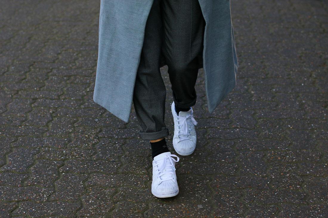 long-manteau-gris-superstar-blanches9