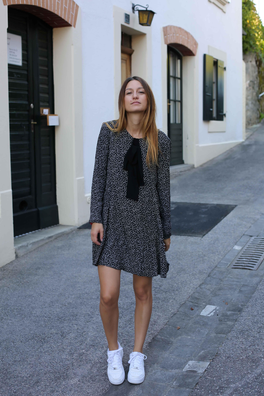 d1386476a195 blog-mode-robe-noire-volante-baskets1